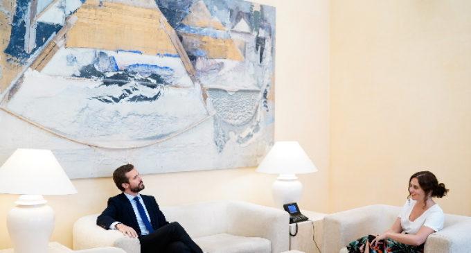 Díaz Ayuso presenta el plan de vuelta al colegio en Madrid al líder de la oposición, Pablo Casado