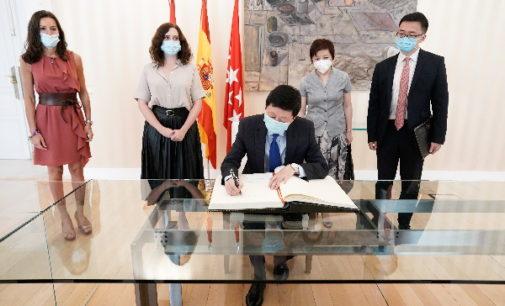 Díaz Ayuso se reúne con el embajador de China para intensificar relaciones en la lucha contra el COVID-19 ante posibles rebrotes