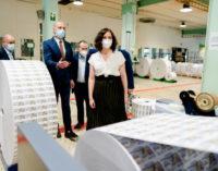 Díaz Ayuso visita el Centro Logístico de la ONCE, que reanuda la impresión de sus cupones tras el COVID-19
