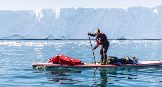 Antonio de la Rosa lleva la bandera de la Comunidad de Madrid al Círculo Polar Ártico