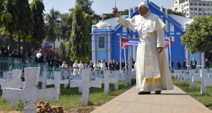 Bangladesh: Francisco visita el cementerio y la antigua Iglesia del Rosario