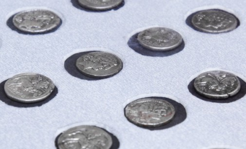 El MAR presenta una donación de 30 denarios de plata procedentes de un tesorillo hallado en Alcalá
