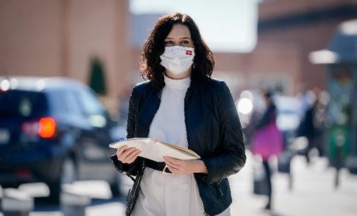 Díaz Ayuso anuncia que los profesionales sanitarios recibirán el 100% del complemento de productividad variable en 2020 por su trabajo en la pandemia