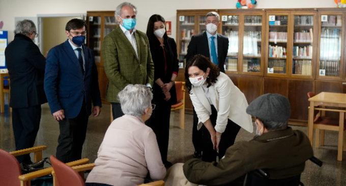 Díaz Ayuso comprueba la vuelta progresiva de la normalidad de las residencias de mayores tras la vacunación de COVID-19