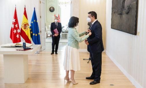 Díaz Ayuso concede la Medalla Internacional de la Comunidad de Madrid al presidente del Comité Europeo de las Regiones