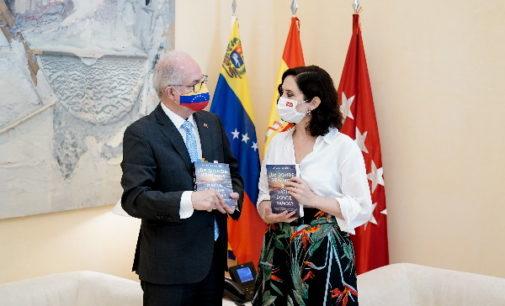 """Díaz Ayuso destaca las """"importantes lecciones"""" de Ledezma para """"comprender que la defensa de la libertad trasciende a izquierda y a derecha"""""""
