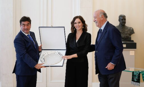 Díaz Ayuso recibe el galardón del V Torneo de Fútbol cadete Vicente del Bosque