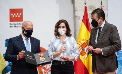 Díaz Ayuso recibe el título de Maratoniana de Honor 2021 por su entrega y trabajo por Madrid