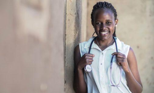 """La doctora ruandesa Mireille Twayigira, que fue refugiada, presenta en España la campaña de los jesuitas """"Education opens the world"""""""