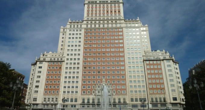 González anuncia que la Comunidad aprobará la reforma del Edificio España proyectada por Jianlin
