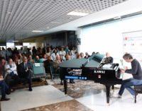 El Hospital La Paz instala un piano de cola en el vestíbulo para ofrecer microconciertos diarios