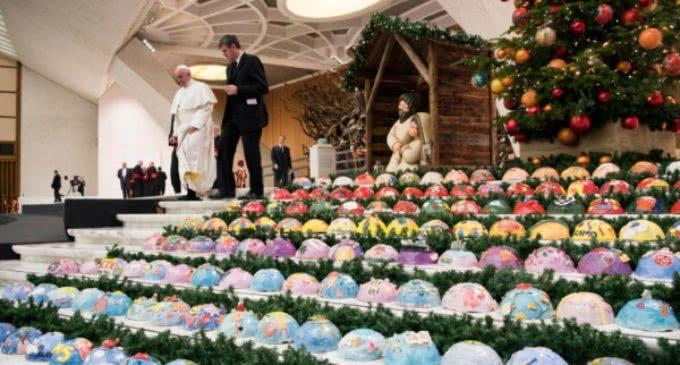 El Papa asegura que el pesebre y el árbol ayudan a crear el clima natalicio favorable