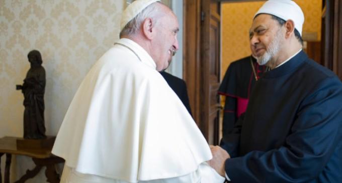 El Papa al Imán de Al Azhar: 'El encuentro es el mensaje'
