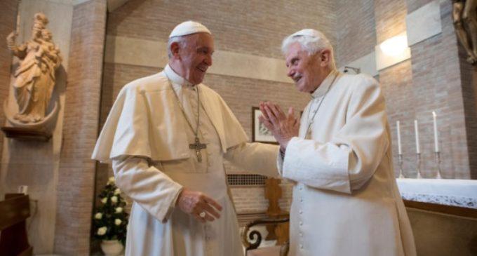 Francisco lleva personalmente a Benedicto XVI sus felicitaciones navideñas