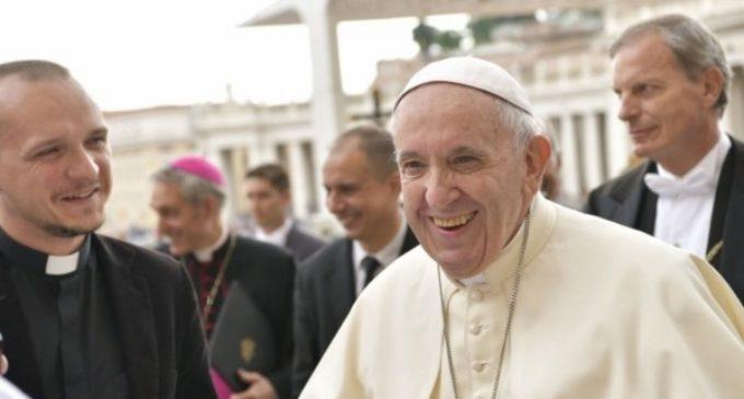 La Iglesia está llamada a servir al ser humano, no solo a los católicos
