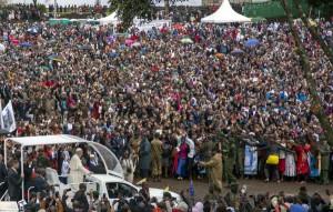 El Papa a su llegaa a la Universidad de Nairobi