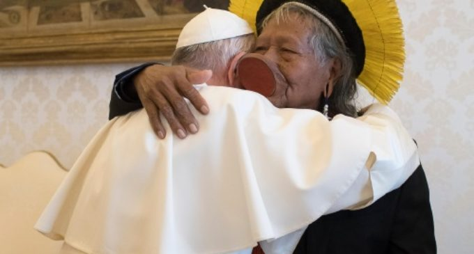 El Papa abraza al jefe indígena Raoni Metuktire, de la tribu brasileña Kayapó