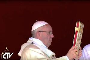 El Papa bendice con el Evangelio (©CTV