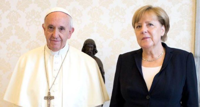 El Santo Padre y la canciller Ángela Merkel lamentan la salida de EE.UU del tratado de París