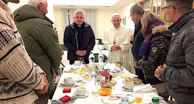 El Santo Padre desayuna en su cumpleaños con ocho personas 'sin hogar'