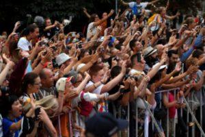 El-Papa-en-Cracovia-llegada-del-Papa-al-Palacio-arzobispal-la-gente-le-esperaa-CCEW-Mazur-CC-BY-NC-SA-20-413x275[1]