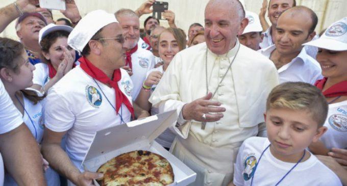 Francisco invita a pizza a 1500 pobres que asisten a la canonización de Madre Teresa
