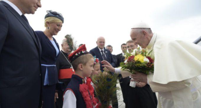 El Santo Padre llega a Cracovia. 'El mundo está en guerra pero no de religión'