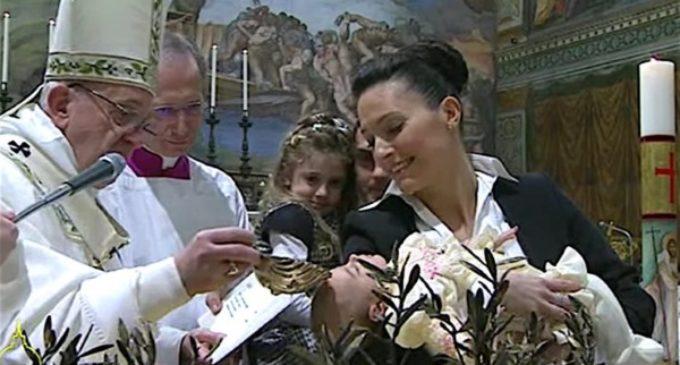 Francisco bautiza a 28 niños en la Capilla Sixtina e invita a los papás a hacerles crecer en la fe