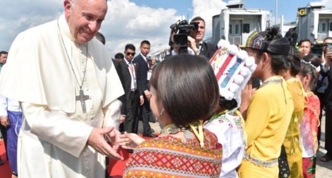 Myanmar: Los refugiados Kachin donan al Papa un báculo de madera