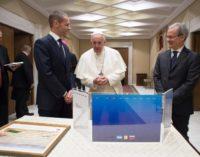 El Papa saluda al presidente de la UEFA, Aleksander Ceferin
