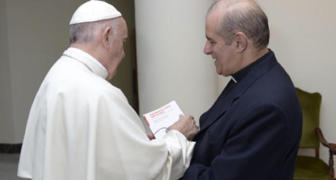 """'El Papa no habla a los periodistas, habla a la gente'  afirma el padre Oesterheld autor del libro """"No basta con un click"""" ."""