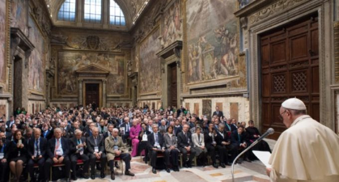 """Francisco a los empresarios católicos: """"El dinero debe servir en vez de gobernar"""""""