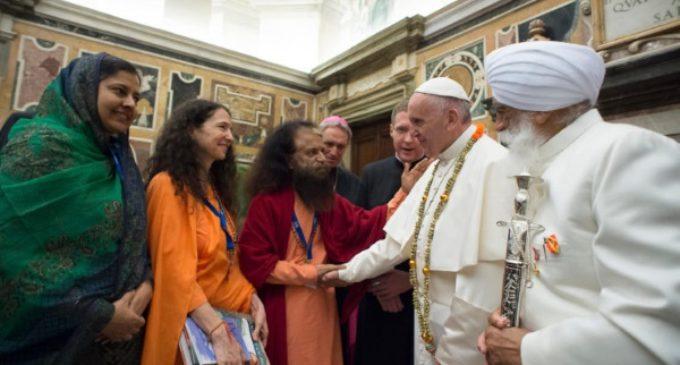 """El Papa pide favorecer """"el encuentro pacífico entre los creyentes"""" y una """"libertad religiosa real"""""""