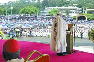 El papa en la primera misa en Nairobi destacó el valor de la familia y reclamó una cvultura del cuidado mututo