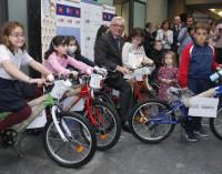 Sánchez Martos participa en la entrega de bicicletas a niños y niñas con enfermedades poco frecuentes