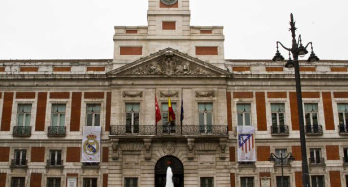 Los escudos del Real Madrid y el Atlético de Madrid lucen ya en la sede de la Comunidad