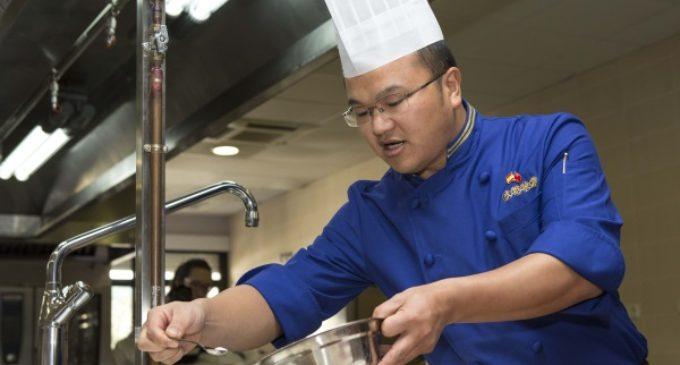 Los alumnos de Hostelería y Turismo de Madrid participan en la clase magistral de uno de los más prestigiosos cocineros chinos