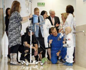 CIFUENTES INAUGURA LA RECREACIÓN DE UNA ESTACIÓN LUNAR EN LA UNIDAD DE HOSPITALIZACIÓN DE ONCOLOGÍA PEDIÁTRICA DEL HOSPITAL GREGORIO MARAÑÓN  La presidenta de la Comunidad de Madrid, Cristina Cifuentes, acompañada por el astronauta español, Pedro Duque, y el consejero de Sanidad, Jesús Sánchez Martos, inaugura la Estación Lunar de la Unidad de Hospitalización de Oncología Pediátrica del Hospital General Universitario Gregorio Marañón. Esta nueva zona recrea una estación espacial, y contará con dos habitaciones como módulos lunares, para los niños que requieren algún tipo de aislamiento y que precisan periodos de hospitalización más prolongados. Estos módulos cuentan con dos cápsulas y proyectores que son controlados por los niños mediante tabletas para recrear su estancia en el espacio.  Foto: D.Sinova / Comunidad de Madrid
