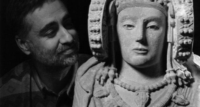 Sobrini asiste a la inauguración de la exposición 'José Latova. Cuarenta años de fotografía arqueológica española'