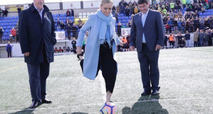 Cifuentes ha realizado el saque de honor del II Torneo de Fútbol Cadete Villa de Alalpardo que homenajea a Vicente del Bosque