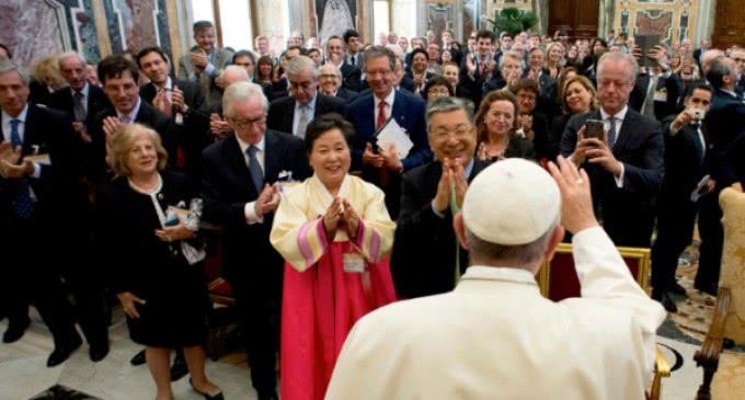El Papa asegura que la lucha contra la pobreza es 'un problema moral'