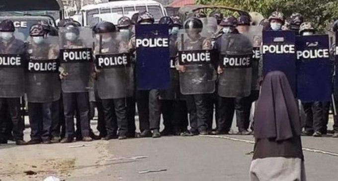 Francisco: «Yo también me arrodillo en las calles de Myanmar»