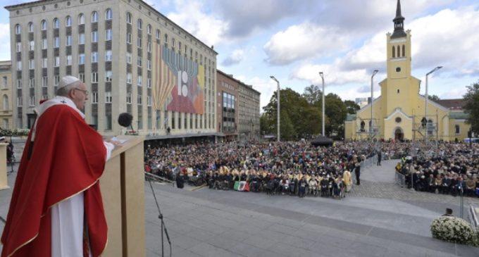 Francisco critica en Estonia a quienes miden la fuerza de un pueblo por el poder de sus armas