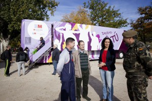 YOLANDA FUENTES ASISTE A LA XVI CARRERA CÍVICO-MILITAR CONTRA LA DROGA IMPULSADA POR LA DIRECCIÓN GENERAL DE SALUD PÚBLICA La directora general de Salud Pública de la Comunidad de Madrid, Yolanda Fuentes, asiste a la XVI edición de la Carrera Cívico-Militar contra la Droga y a la posterior entrega de premios de la misma. La prueba, organizada cada año por el Ejército de Tierra, es fruto del Convenio de Colaboración que mantienen el Ministerio de Defensa y la Dirección General de Salud Pública, patrocinadora de la carrera, para, entre otras actuaciones, fomentar hábitos de vida saludables. © COMUNIDAD DE MADRID/MIGUEL BERROCAL