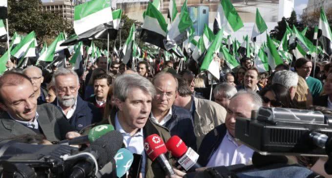 Garrido asiste a la concentración en defensa de un tren digno para Extremadura