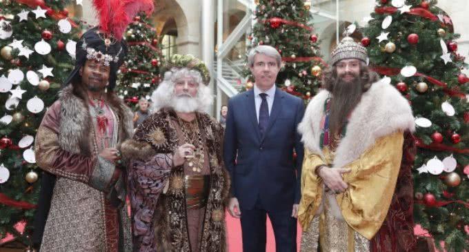 Garrido entrega a los Reyes Magos los deseos que los madrileños han dejado en la Puerta del Sol