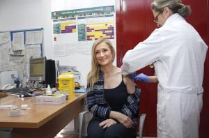 CIFUENTES ACUDE A UN CENTRO DE SALUD PARA ANIMAR A LOS MADRILEÑOS A VACUNARSE FRENTE A LA GRIPE La presidenta de la Comunidad de Madrid, Cristina Cifuentes, acompañada por el consejero de Sanidad, Jesús Sánchez Martos, acude a un Centro de Salud que participa en la campaña de vacunación contra la gripe para animar a los madrileños a prevenir esta enfermedad. La campaña de vacunación frente a la gripe que lleva a cabo la Comunidad de Madrid desde el 19 de octubre prosigue durante las próximas semanas. La Consejería de Sanidad comienza esta semana a enviar mensajes de SMS a los grupos de riesgo que hasta la fecha no se han vacunado, entre ellos embarazadas y enfermos crónicos.  Foto: D.Sinova / Comunidad de Madrid