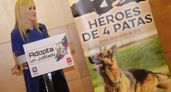 """Cifuentes destaca la labor de los """"Héroes de cuatro patas"""" y apoya la campaña para que sean adoptados tras su """"jubilación"""""""