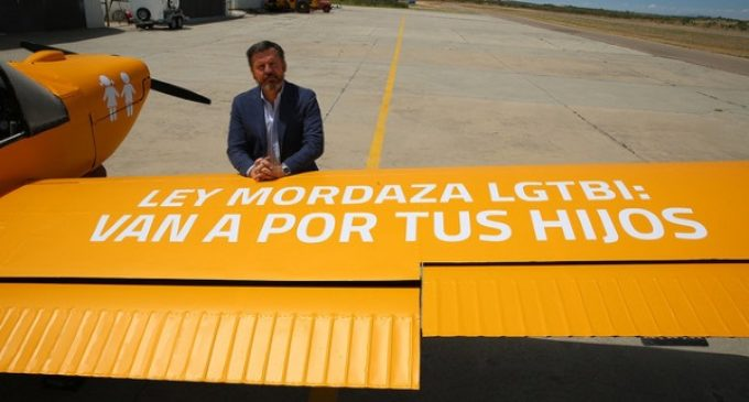 El #HOBusAéreo recorrerá las costas españolas, de Cádiz a Gerona, con el lema: 'Ley Mordaza LGTBI: Van a por tus hijos'