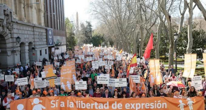 Miles de personas reivindican libertad de expresión frente  al adoctrinamiento en las aulas